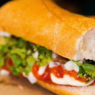 """Bánh mỳ """"ĂN LIỀN"""" hot nhất phố Trần Khát Chân"""